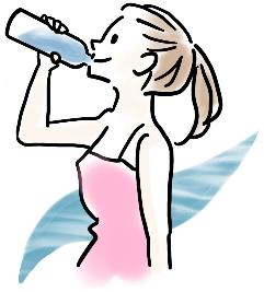 ペットボトルから水を飲む女性