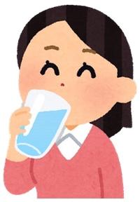 美味しそうに水を飲む女性